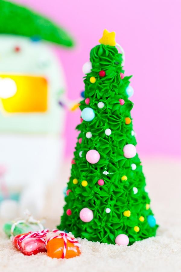 Lebkuchenhaus basteln zu Weihnachten – festliche Ideen, Rezept und Anleitung tannenbaum deko süßigkeiten