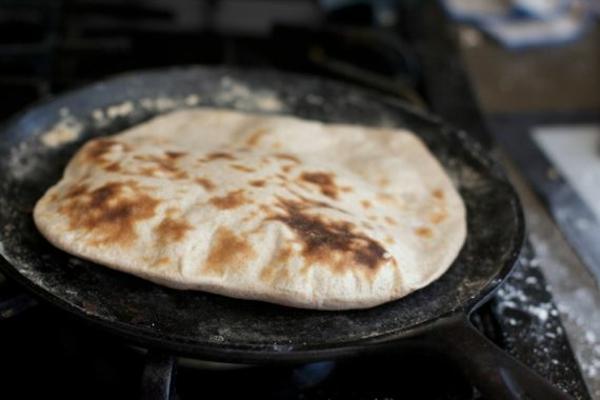 Tandoor-Ofen oder Pfanne Naan Brot backen