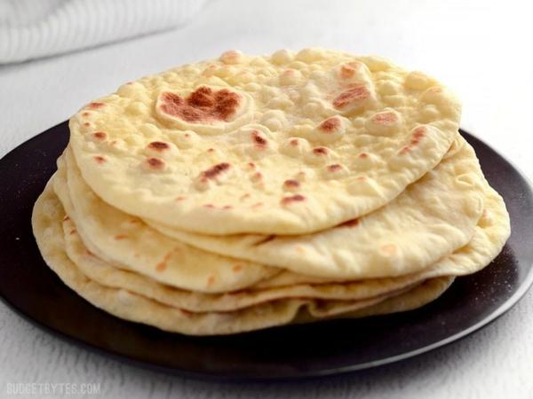 Naan Brot backen und auf den Teller stappeln