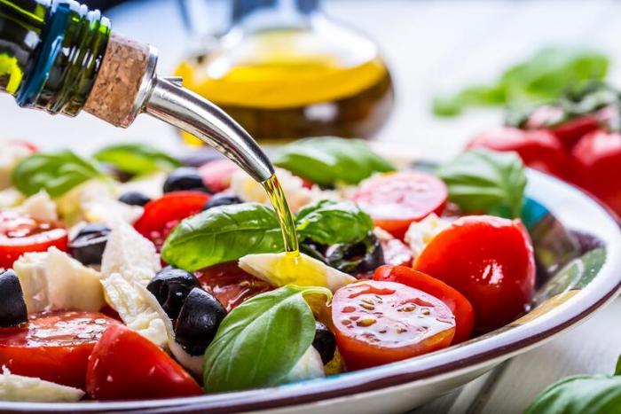 OMAD δίαιτα ένα γεύμα την ημέρα φρέσκια σαλάτα λαχανικών με καρυκεύματα ελαιόλαδου εξαιρετικά μειωμένο φαγητό