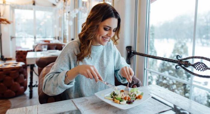 OMAD-Diät eine Mahlzeit pro Tag vitaminreiche Kost zu sich nehmen dann 23 Stunden lang fasten