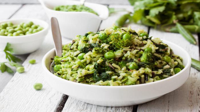 Reisdiät Reis mit grünem Gemüse gesundes japanisches Essen in einer Schale