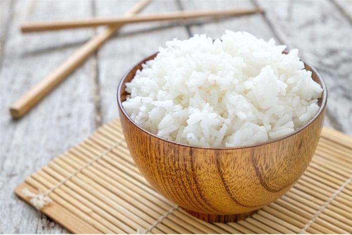 Reisdiät gekochter Reis in einer kleinen Schale japanisch essen