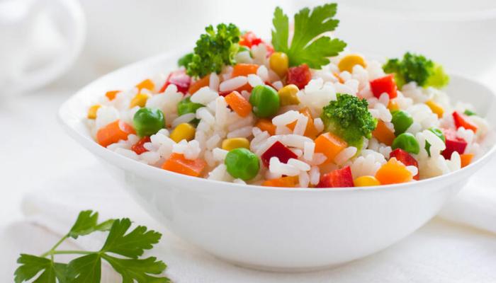 Reisdiät gekochter Reis mit Gemüse in einer weißen Schale schmeckt gut ist gesund