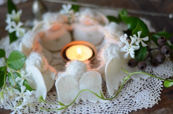 Schutzengel basteln mit Kindern zu Weihnachten – zauberhafte Ideen und Anleitung adventskranz engel filz