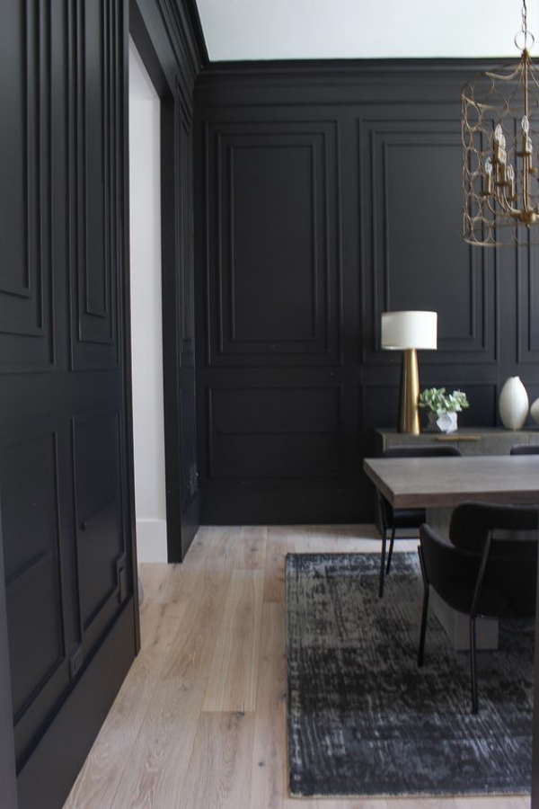 Schwarze Wand aus Holz in Schwarz gestrichen mehr Dramatik im Homeoffice schöner Blick