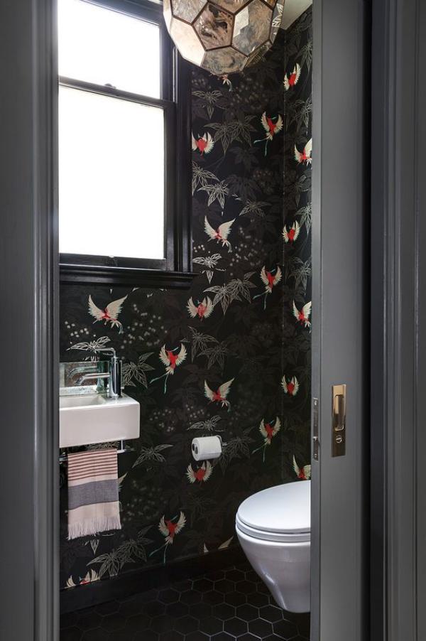 Schwarze Wand im Bad und WC fein gemusterte Tapete schwarzer Hintergrund schwarze Bodenfliesen weißes Waschbecken weiße Toilettenschüssel