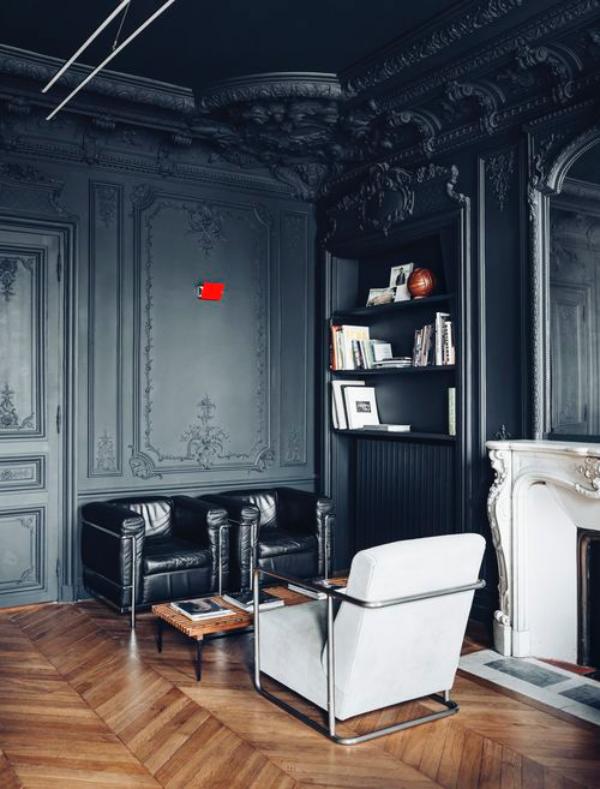 Schwarze Wand im Wohnzimmer klassisch extravagant zwei schwarze Sessel kleiner Tisch aus Holz moderner weißer Sessel Parkettboden