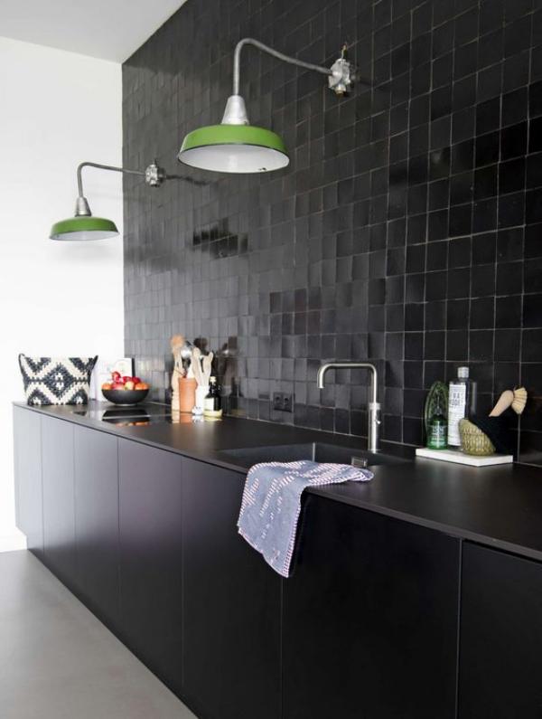 Schwarze Wand schwarze Küche sehr stilvoll etwas dramatisch
