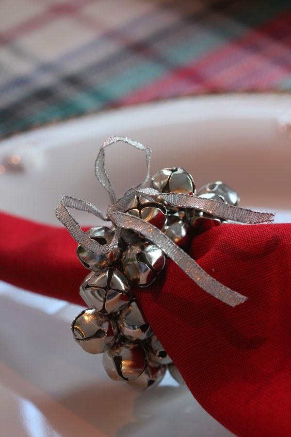Serviettenringe basteln zu Weihnachten – Stilvolle Ideen und Anleitungen für eine festliche Tischdeko deko mit glöckchen weihnachten