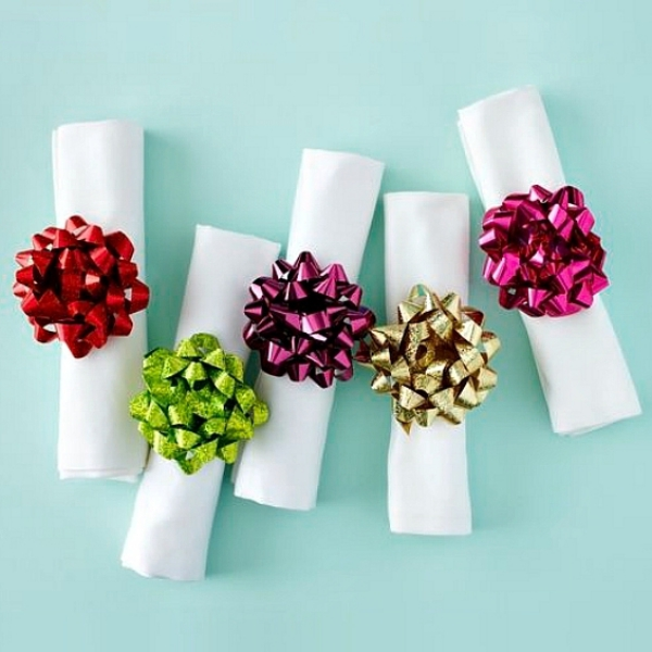 Serviettenringe basteln zu Weihnachten – Stilvolle Ideen und Anleitungen für eine festliche Tischdeko geschenkband deko bunt