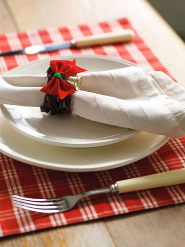Serviettenringe basteln zu Weihnachten – Stilvolle Ideen und Anleitungen für eine festliche Tischdeko klassische deko schleife stoff