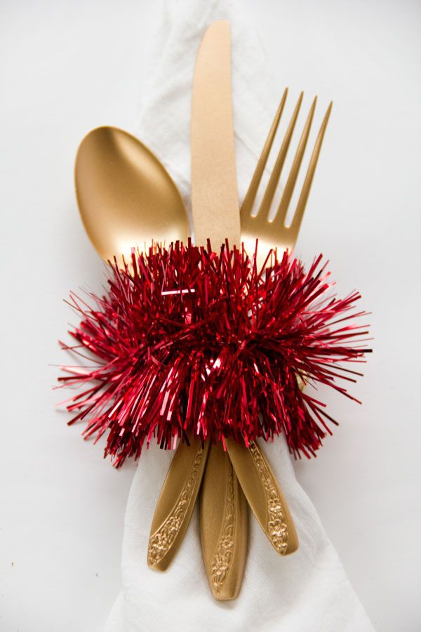 Serviettenringe basteln zu Weihnachten – Stilvolle Ideen und Anleitungen für eine festliche Tischdeko lametta rot deko klorollen