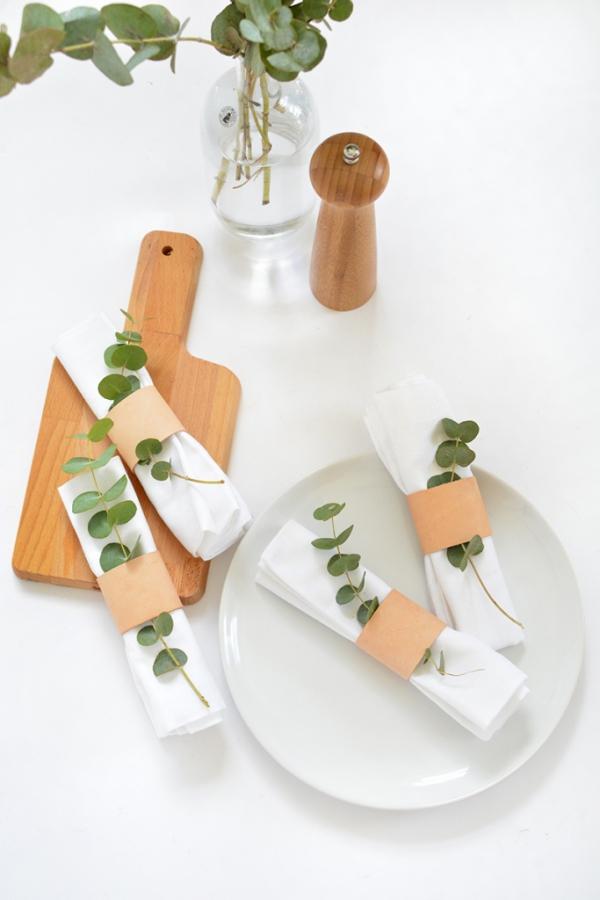 Serviettenringe basteln zu Weihnachten – Stilvolle Ideen und Anleitungen für eine festliche Tischdeko minimalistische moderne deko mit eukalyptus blätter