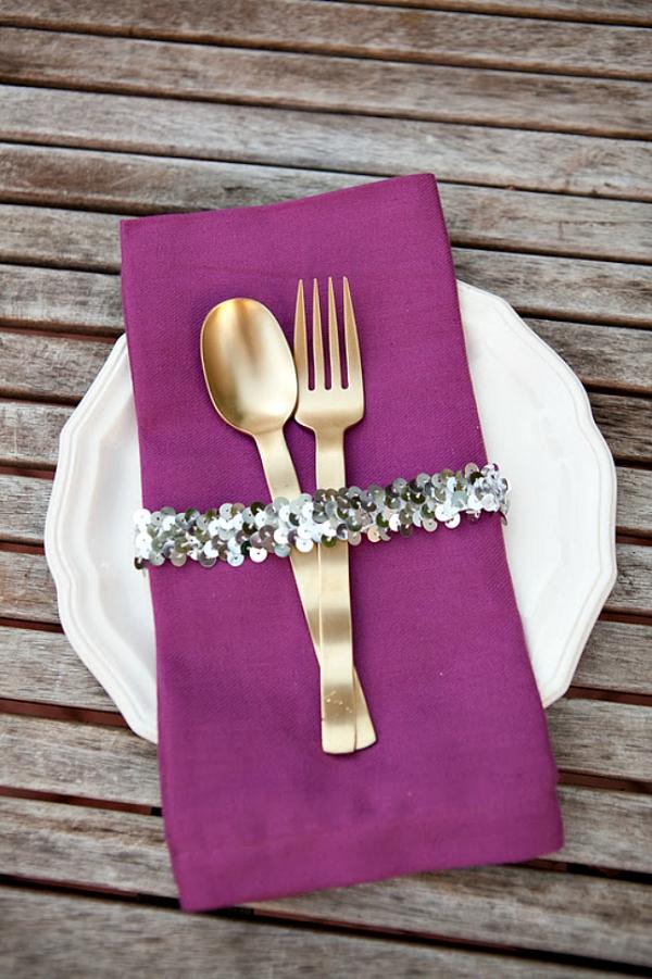 Serviettenringe basteln zu Weihnachten – Stilvolle Ideen und Anleitungen für eine festliche Tischdeko pailletten deko lila serviette