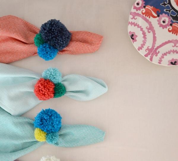 Serviettenringe basteln zu Weihnachten – Stilvolle Ideen und Anleitungen für eine festliche Tischdeko pompons garn bunt deko