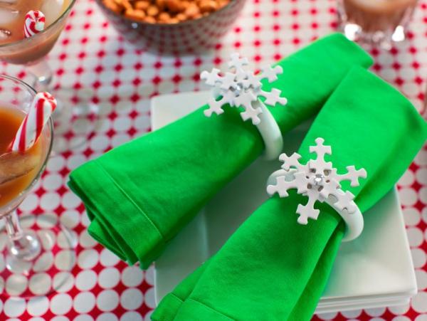 Serviettenringe basteln zu Weihnachten – Stilvolle Ideen und Anleitungen für eine festliche Tischdeko schneeflocken puzzle stückchen