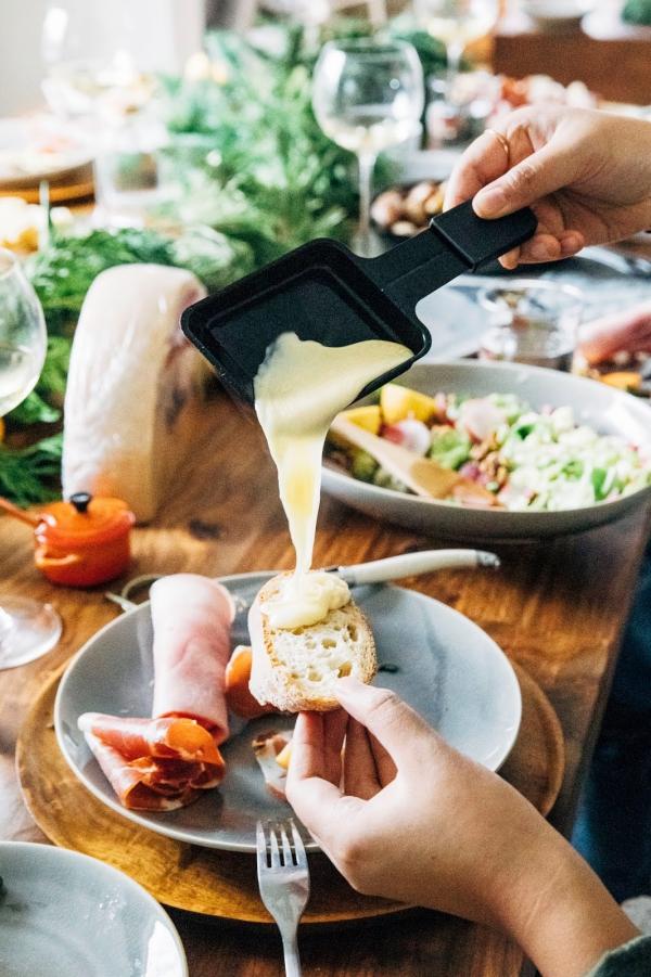 Traditionelle und köstliche Raclette Ideen fürs Pfännchen mit Tipps käse mit brot und schinken