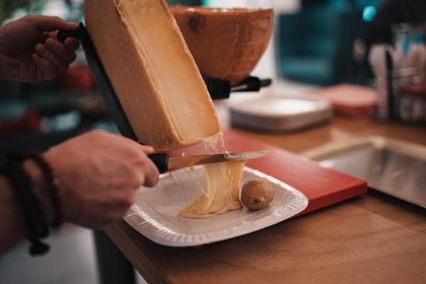 Traditionelle und köstliche Raclette Ideen fürs Pfännchen mit Tipps raclette richtig scheiben