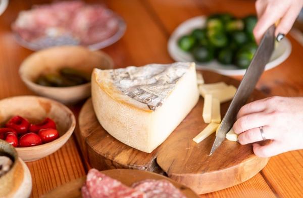 Traditionelle und köstliche Raclette Ideen fürs Pfännchen mit Tipps sticks käse schneiden