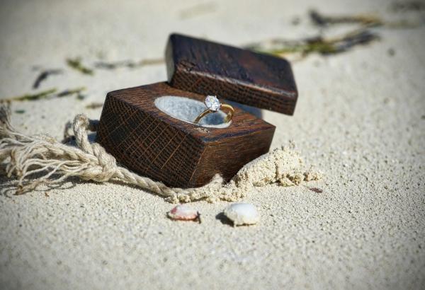 Verlobungsring mit Diamant – das ultimative Geschenk zum Heiratsantrag am strand heiraten ring holzschachtel