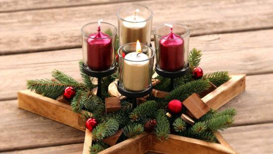 Weihnachsdeko 3 Must-Haves Adventskranz Rahmen in Sternform Tannengrün vier Kerzen in der Mitte