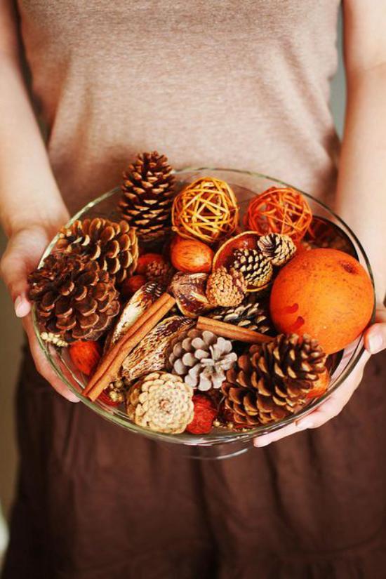 Weihnachsdeko 3 Must-Haves Orangen Tannenzapfen Zimtstangen in einer Schale arrangiert