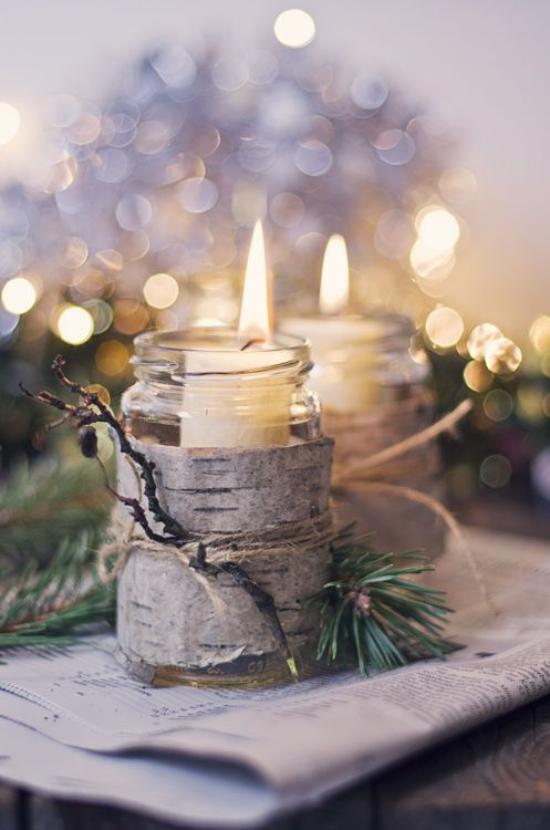 Weihnachsdeko 3 Must-Haves brennende Kerze mit Birkenrinde umwickelt glänzende Lichter im Hintergrund