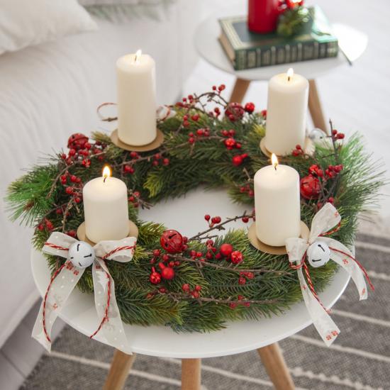 Weihnachsdeko 3 Must-Haves farbenfrohe Nikolausstiefel am Kamin gehängt
