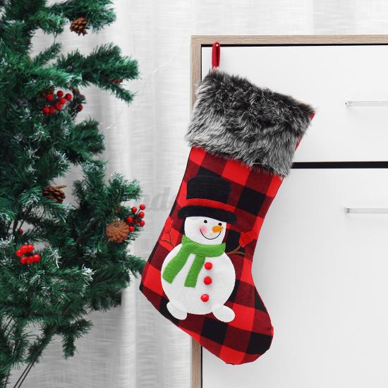 Weihnachsdeko 3 Must-Haves roter Nikolausstiefer neben dem Christbaum zur Schau gestellt
