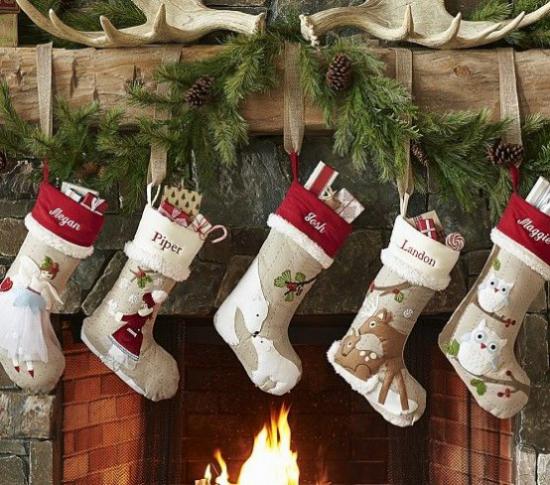 Weihnachsdeko 3 Must-Haves schöne weiße Nikolausstiefel am Kamin