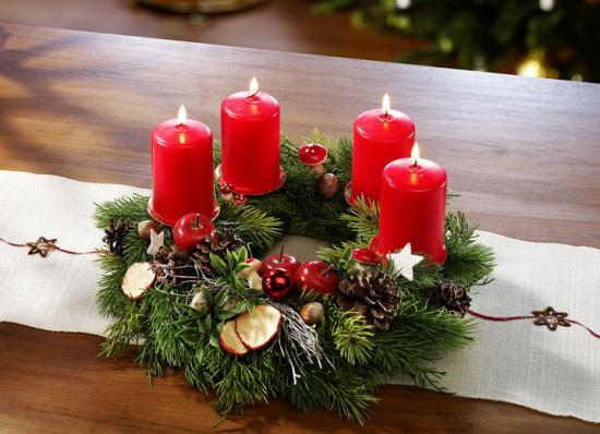 Weihnachsdeko 3 Must-Haves schöner Adventskranz vier rote Kerzen viel Tannengrün