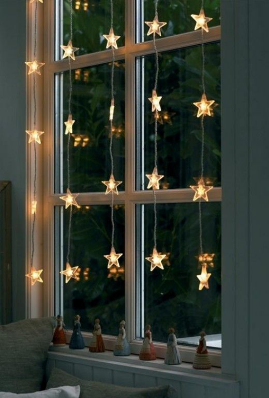 Weihnachtliche Fensterdeko Fenster beleuchtet kleine LED Sterne hängen am Fensterrahmen