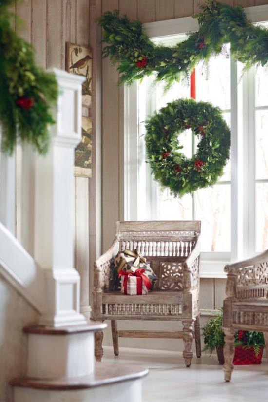 Weihnachtliche Fensterdeko Kranz Girlanden aus Tannengrün rote Schleifen sehr attraktiv am Fenster