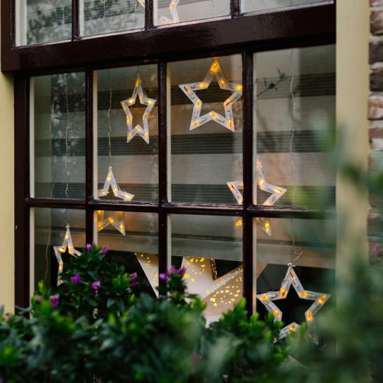 Weihnachtliche Fensterdeko LED Leuchtsterne am Fensterrahmen aufgehängt von drinnen und draußen zu sehen