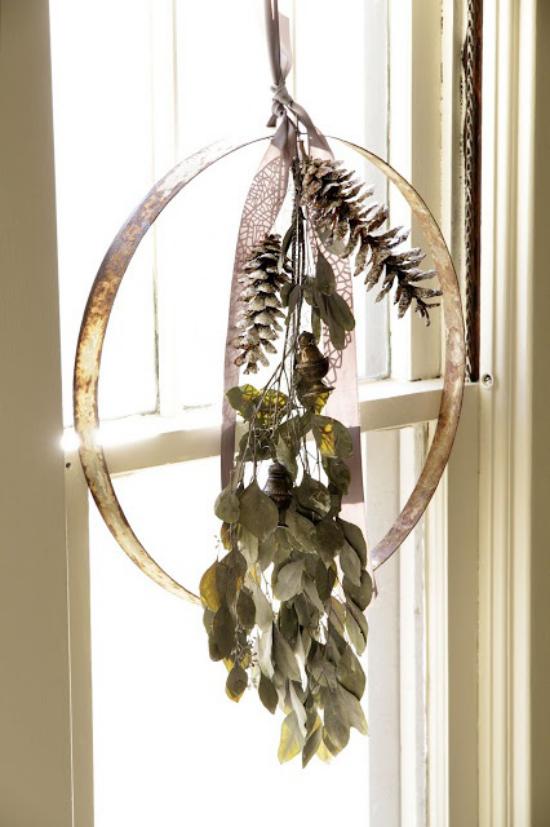 Weihnachtliche Fensterdeko Ring mit zwei Zapfen grüne Blätter Anhänger