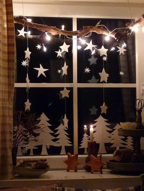 Weihnachtliche Fensterdeko Sterne kleine Tannen aus weißem Karton gute Beleuchtung attraktiv aussehen
