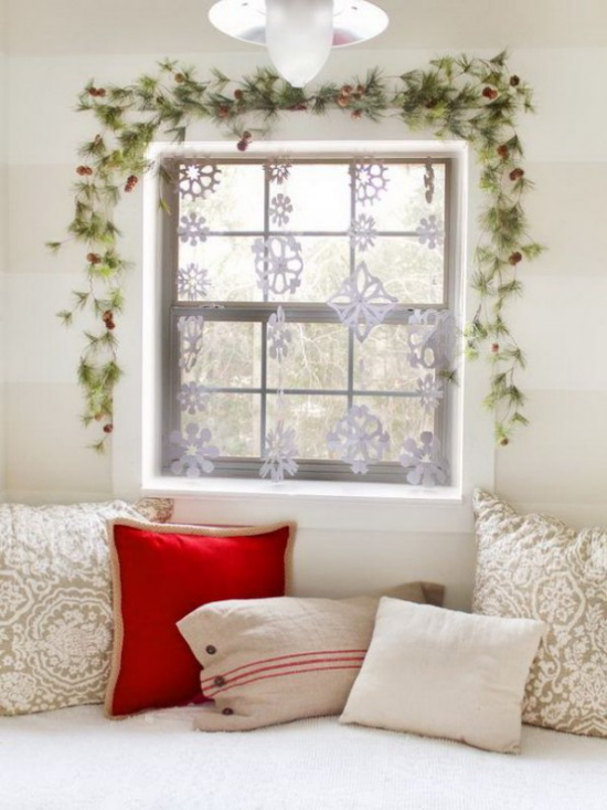 Weihnachtliche Fensterdeko Tannengrün am Fensterrahmen Zapfen