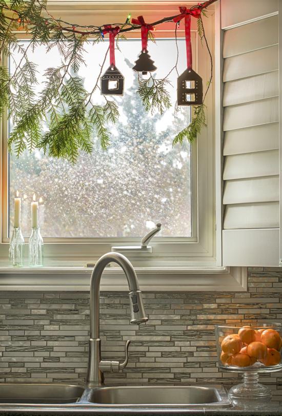 Weihnachtliche Fensterdeko Tannengrün am Küchenfenster kleine Laternen aufgehängt