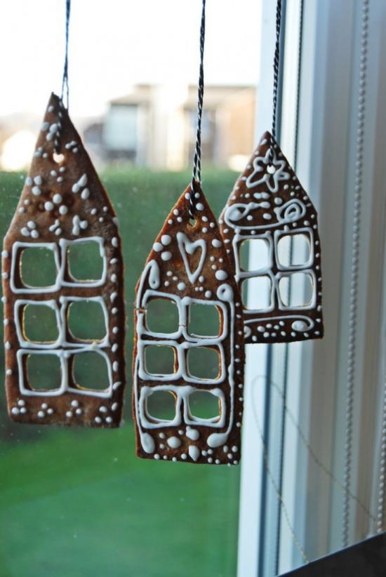Weihnachtliche Fensterdeko drei Lebkuchenhäuser selbst gebacken am Fenster aufgehängt