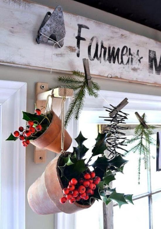 Weihnachtliche Fensterdeko fünf Kränze aufgehängt am Fensterrahmen rote Schleife