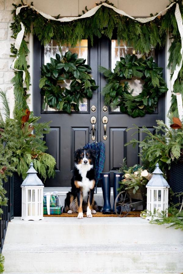 Weihnachtsdeko vor der Haustür – Ideen und Tipps für mehr festliche Stimmung girlande kranz lanterne deko ideen