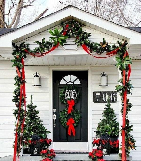 Weihnachtsdeko vor der Haustür – Ideen und Tipps für mehr festliche Stimmung girlande rot grün landhaus deko