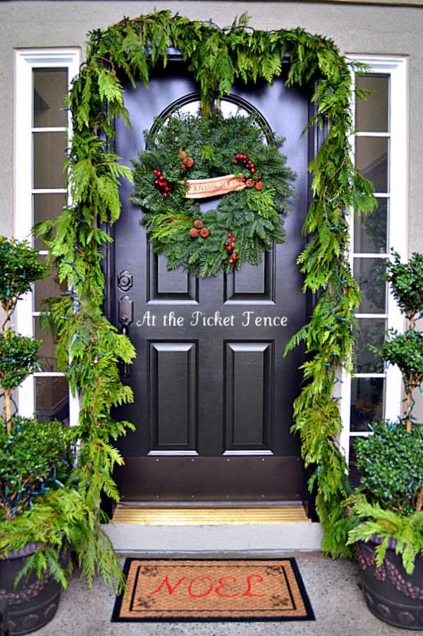 Weihnachtsdeko vor der Haustür – Ideen und Tipps für mehr festliche Stimmung grüne deko natur inspiriert immergrün