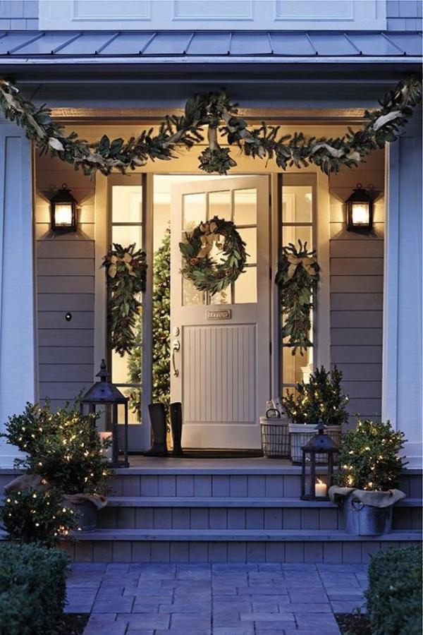 Weihnachtsdeko vor der Haustür – Ideen und Tipps für mehr festliche Stimmung landhaus klassische deko immergrün