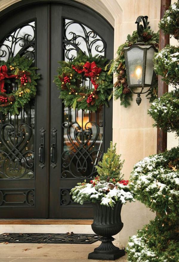Weihnachtsdeko vor der Haustür – Ideen und Tipps für mehr festliche Stimmung laterne natürliche deko kranz