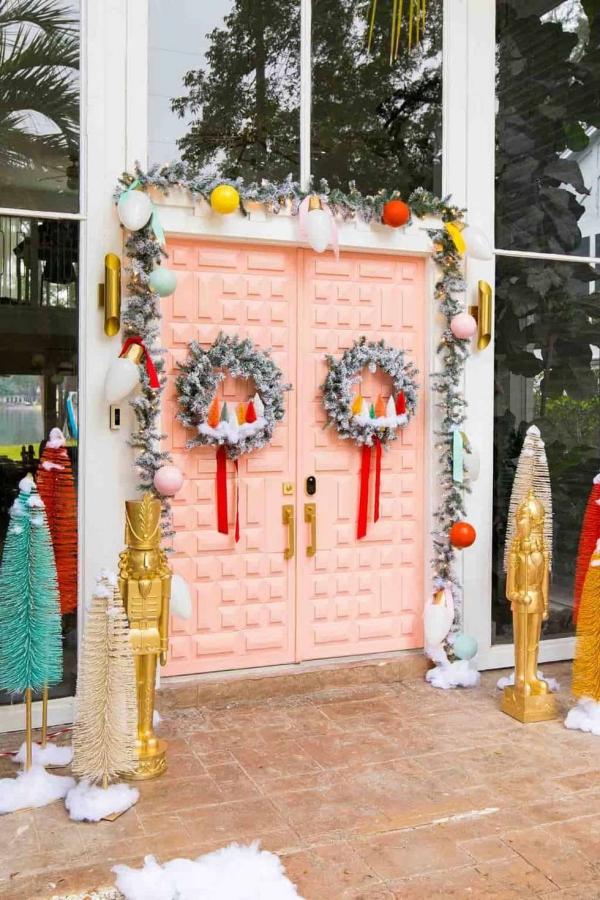 Weihnachtsdeko vor der Haustür – Ideen und Tipps für mehr festliche Stimmung rosa tür deko ideen kranz girlande