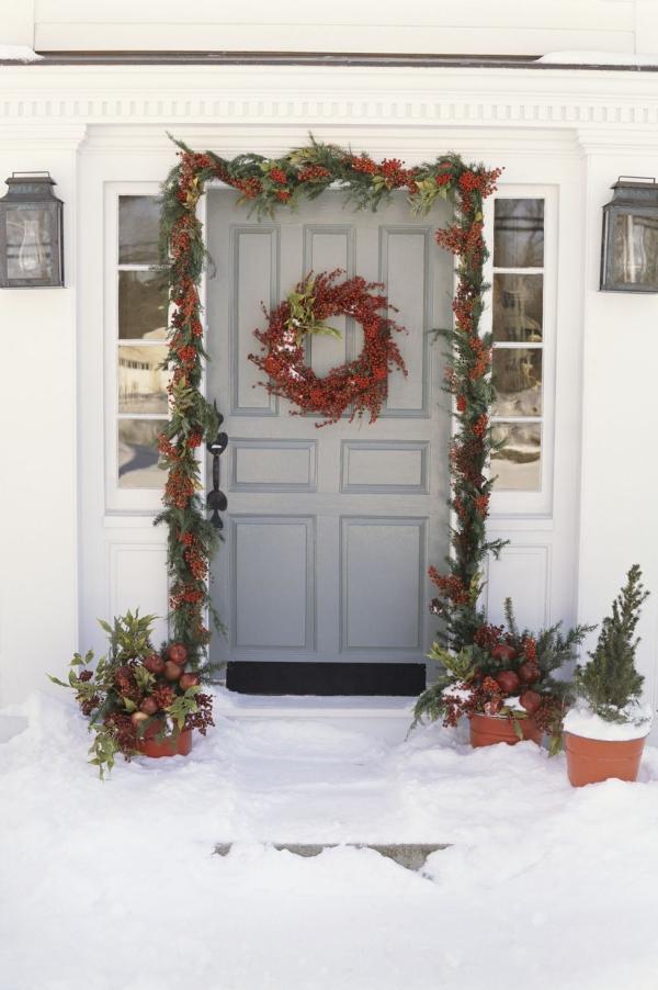 Weihnachtsdeko vor der Haustür – Ideen und Tipps für mehr festliche Stimmung schnee deko rot grün klassik