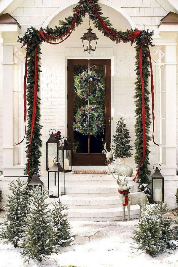 Weihnachtsdeko vor der Haustür – Ideen und Tipps für mehr festliche Stimmung weißes haus immergrüne deko hell rentiere