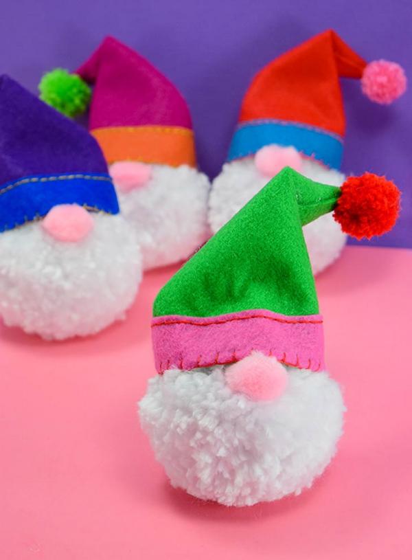 Weihnachtswichtel basteln – Ideen und Anleitung für eine fantastische Winterdeko kleine pompom nisse zwerge